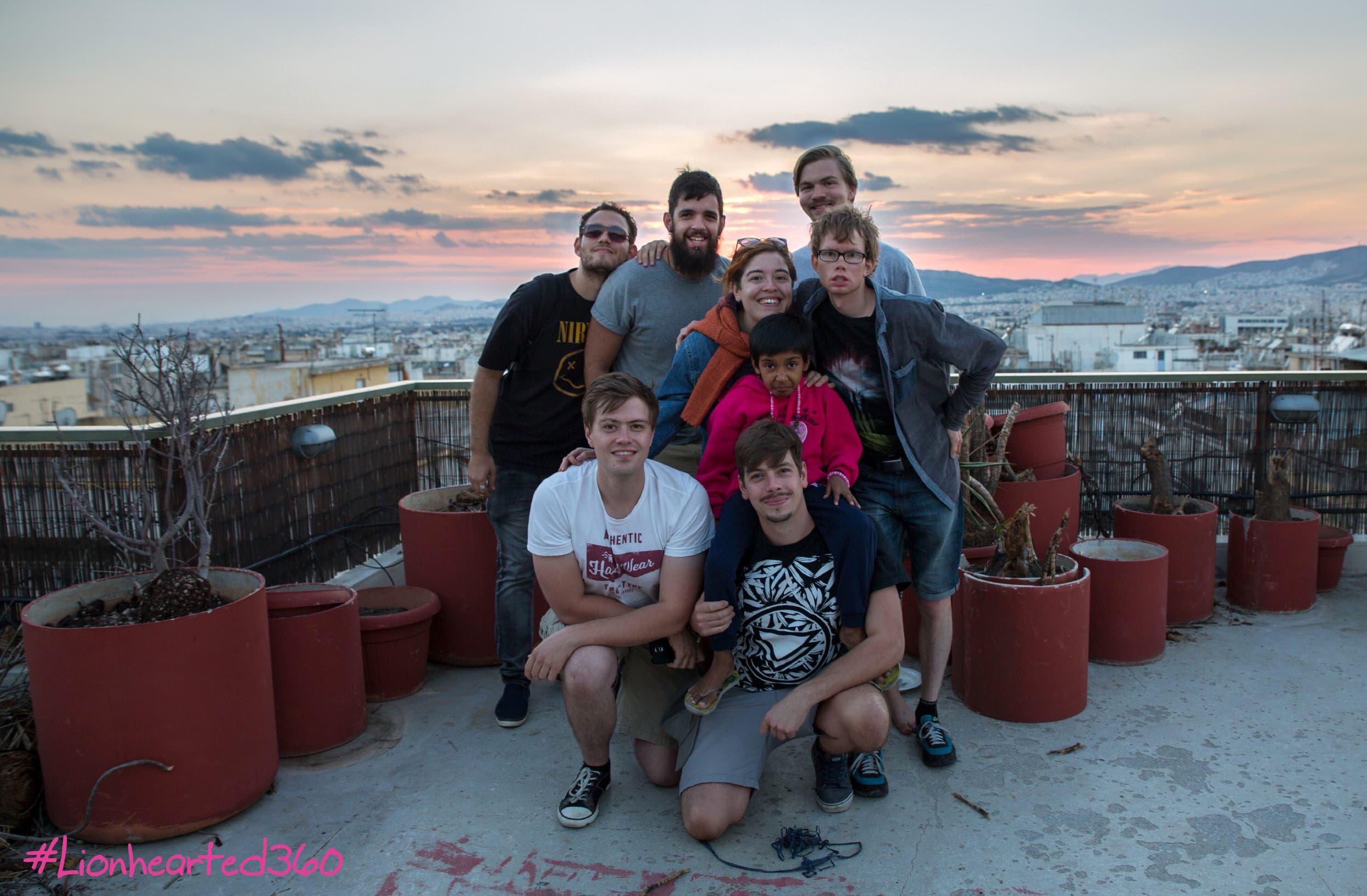 """Das Team von """"Lionhearted"""", aufgenommen nach Drehschluss in Griechenland."""