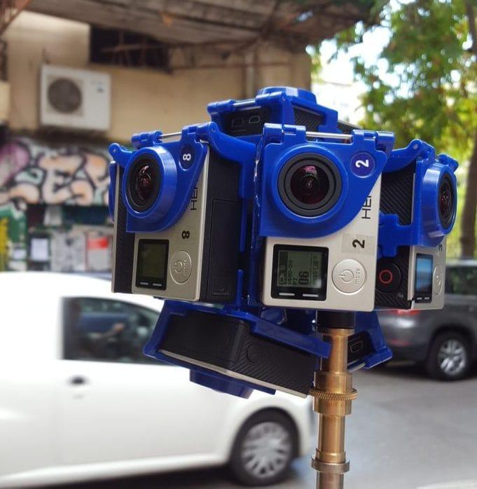 Zehn GoPros aneinander befestigt filmen das 360-Grad-Bild einer Athener Straße.