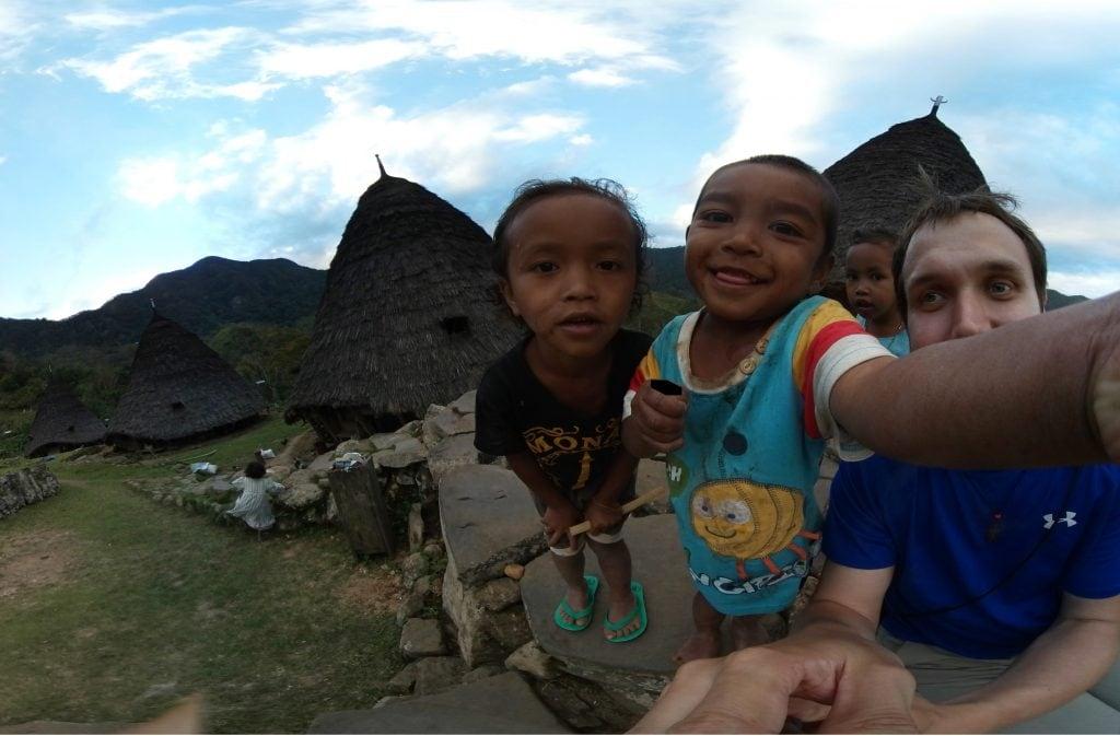 Kinder inspizieren die 360 Grad Kamera ganz aus der Nähe.