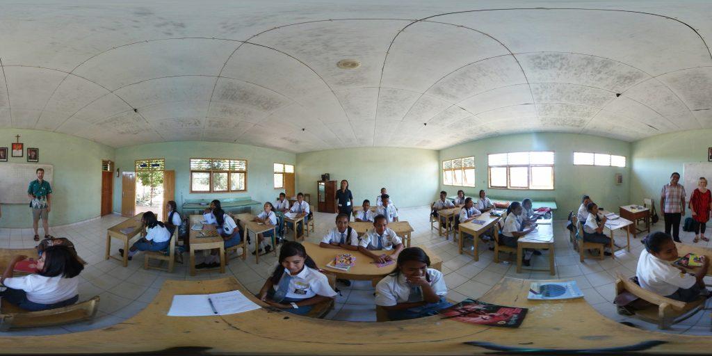 Wir stehen unverhofft vor einer Schulklasse in Indonesien und dürfen unsere 360 Grad Kamera erklären.