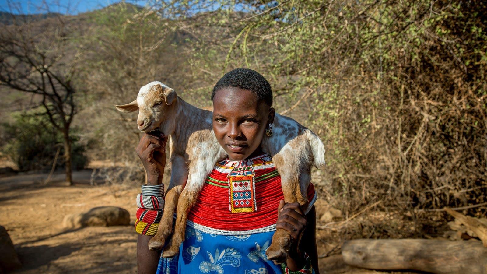 Die Haupt-Protagonistin aus <em>My Africa</em>, Natlwasha Leripe, mit ihrer Ziege in der Samburu Gemeinde in Nord-Kenia © Georgina Goodwin