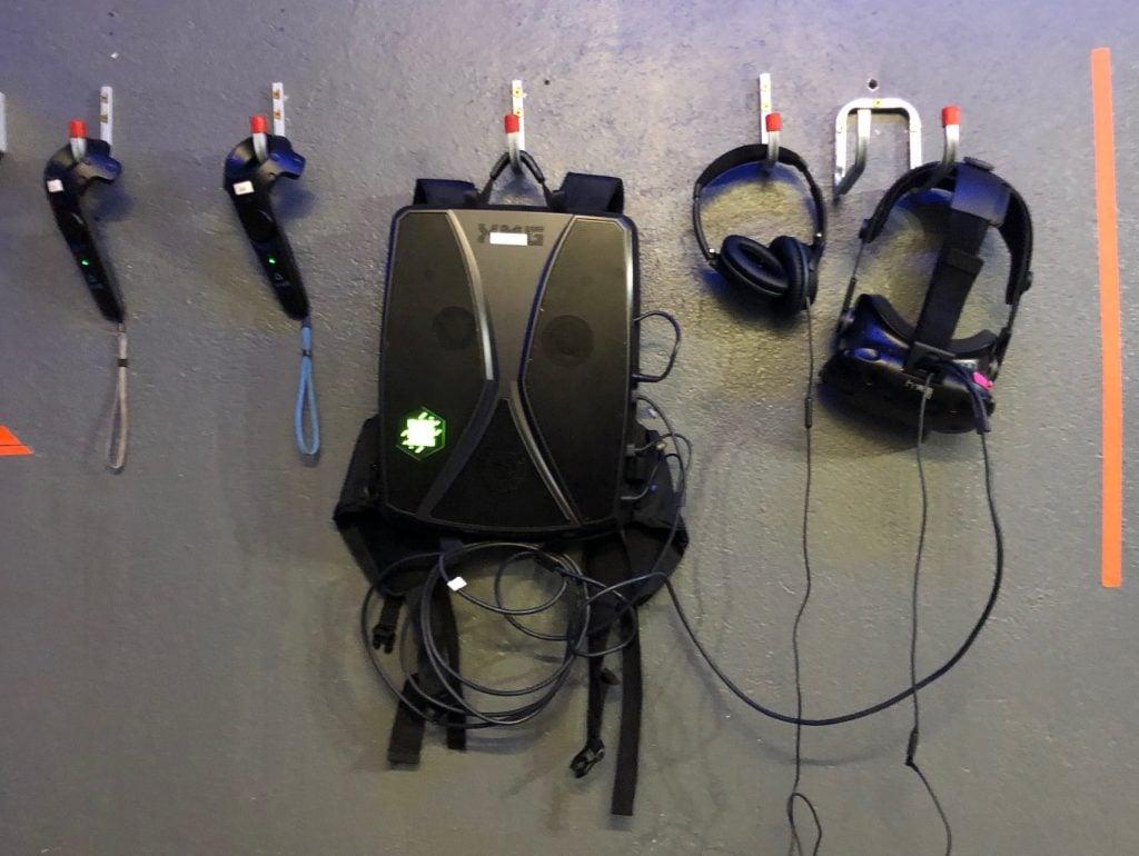 Unsere Ausrüstung für Huxley 2 von Exit VR: Rucksack-PC von XMG, Controller, HTC Vive VR-Brille und Noise-Cancelling-Kopfhörer von Bose. © VR Geschichten